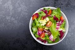Φρέσκια μικτή σαλάτα με το αντίδι και το κεράσι Στοκ Εικόνες