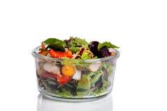 Φρέσκια μικτή σαλάτα στο εμπορευματοκιβώτιο γυαλιού που απομονώνεται στο άσπρο backgroun Στοκ Εικόνες