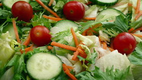 φρέσκια μικτή σαλάτα απόθεμα βίντεο