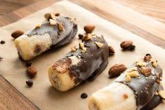 Φρέσκια μπανάνα με τη σοκολάτα και τα καρύδια στοκ φωτογραφία