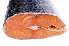 Φρέσκια μπριζόλα σολομών που απομονώνεται στο άσπρο υπόβαθρο Κόκκινη μπριζόλα ψαριών σολομών Μεγάλος σωρός της μπριζόλας πεστροφώ Στοκ Εικόνες