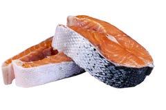 Φρέσκια μπριζόλα σολομών που απομονώνεται στο άσπρο υπόβαθρο Κόκκινη μπριζόλα ψαριών σολομών Μεγάλος σωρός της μπριζόλας πεστροφώ Στοκ Φωτογραφία