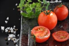 Φρέσκια ντομάτα και τεμαχισμένη ντομάτα Στοκ εικόνα με δικαίωμα ελεύθερης χρήσης
