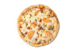 Φρέσκια νόστιμη πίτσα με τις ντομάτες, τις ελιές, το τυρί, το λουκάνικο και τα μανιτάρια που απομονώνονται στο άσπρο υπόβαθρο Τοπ στοκ εικόνα