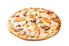 Φρέσκια νόστιμη πίτσα με τις ντομάτες, τις ελιές, το τυρί, το λουκάνικο και τα μανιτάρια που απομονώνονται στο άσπρο υπόβαθρο στοκ φωτογραφία με δικαίωμα ελεύθερης χρήσης