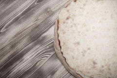 Φρέσκια πίτα με το vatrushka τυριών εξοχικών σπιτιών σε ένα νέο μμένο ξύλινο υπόβαθρο τονισμένος Στοκ φωτογραφία με δικαίωμα ελεύθερης χρήσης