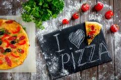 Φρέσκια πίτσα εν πλω Στοκ φωτογραφίες με δικαίωμα ελεύθερης χρήσης