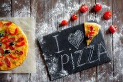 Φρέσκια πίτσα εν πλω Στοκ Φωτογραφίες