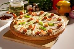 Φρέσκια πίτσα κοτόπουλου τυριών εξοχικών σπιτιών. Στοκ Εικόνες