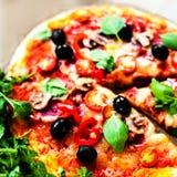 Φρέσκια πίτσα με Pepperoni το λουκάνικο και τυρί σε ένα αγροτικό Itali Στοκ Εικόνες