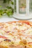 Φρέσκια πίτσα στο εστιατόριο στοκ εικόνες