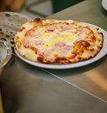 Φρέσκια πίτσα στο pizzeria Γίνοντη αρχιμάγειρας πίτσα και λήψη του στο πιάτο rhe Στοκ φωτογραφία με δικαίωμα ελεύθερης χρήσης