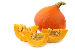Φρέσκια πορτοκαλιά πορτοκαλιά κολοκύθα και μερικά κομμένα κομμάτια Στοκ Εικόνα