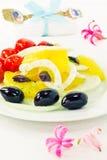Σαλάτα με τις ελιές, τις ντομάτες και το μάραθο και τα λουλούδια Στοκ εικόνα με δικαίωμα ελεύθερης χρήσης