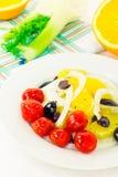 Πορτοκαλιά σαλάτα με τις ελιές, τις ντομάτες και το μάραθο στοκ φωτογραφίες