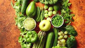 Φρέσκια πράσινη κατάταξη λαχανικών και φρούτων που τοποθετείται σε ένα σκουριασμένο μέταλλο φιλμ μικρού μήκους