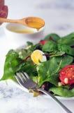 Φρέσκια πράσινη σαλάτα με τα καρύδια πεύκων ντοματών κερασιών και τα αυγά ορτυκιών Σάλτσα σαλάτας κατανάλωση υγιής ενάντια ως δολ Στοκ φωτογραφίες με δικαίωμα ελεύθερης χρήσης
