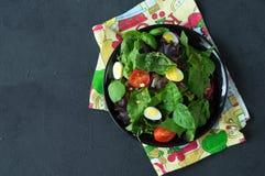 Φρέσκια πράσινη σαλάτα με τα καρύδια πεύκων ντοματών κερασιών και τα αυγά ορτυκιών Σάλτσα σαλάτας κατανάλωση υγιής ενάντια ως δολ Στοκ Φωτογραφίες