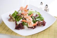 Φρέσκια πράσινη σαλάτα με τις ψημένες στη σχάρα γαρίδες Στοκ Εικόνες