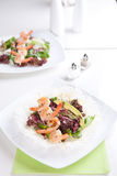 Φρέσκια πράσινη σαλάτα με τις ψημένες στη σχάρα γαρίδες Στοκ Φωτογραφία