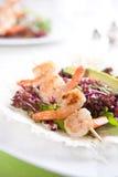 Φρέσκια πράσινη σαλάτα με τις ψημένες στη σχάρα γαρίδες Στοκ φωτογραφίες με δικαίωμα ελεύθερης χρήσης