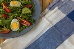 Φρέσκια πράσινη σαλάτα με το arugula, τις ντομάτες, τα αυγά και το αγγούρι Στοκ Εικόνα