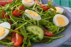 Φρέσκια πράσινη σαλάτα με το arugula, τις ντομάτες, τα αυγά και το αγγούρι Στοκ Εικόνες