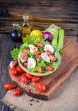 Φρέσκια πράσινη σαλάτα με την ντομάτα και μοτσαρέλα στο ξύλινο backg Στοκ Εικόνες