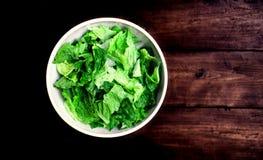 Φρέσκια πράσινη σαλάτα με το σπανάκι, το arugula και το μαρούλι πέρα από ξύλινο Στοκ Εικόνες