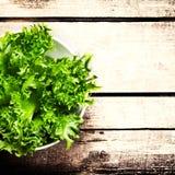 Φρέσκια πράσινη σαλάτα σε ένα κύπελλο στο ξύλινο υπόβαθρο - μαρούλι Sala Στοκ εικόνα με δικαίωμα ελεύθερης χρήσης