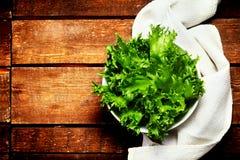 Φρέσκια πράσινη σαλάτα σε ένα κύπελλο στο ξύλινο υπόβαθρο - υγιές Ρ Στοκ φωτογραφία με δικαίωμα ελεύθερης χρήσης