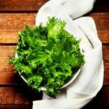 Φρέσκια πράσινη σαλάτα σε ένα κύπελλο στο ξύλινο υπόβαθρο - υγιές Ρ Στοκ Εικόνα