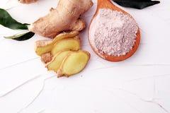 Φρέσκια ρίζα πιπεροριζών και αλεσμένο καρύκευμα πιπεροριζών στο άσπρο υπόβαθρο Στοκ Εικόνα