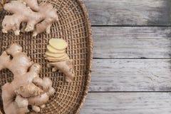 Φρέσκια ρίζα πιπεροριζών και αλεσμένο καρύκευμα πιπεροριζών Στοκ Εικόνες