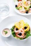 φρέσκια σάλτσα σαλάτας γαρίδων ελιών λεμονιών Στοκ φωτογραφία με δικαίωμα ελεύθερης χρήσης