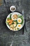 Φρέσκια σαλάτα άνοιξη με το βρασμένο αυγό, το arugula, τη σαλάτα, τις ντομάτες, τα πεκάν και τριζάτα ψημένα croutons ψωμιού σε έν Στοκ φωτογραφία με δικαίωμα ελεύθερης χρήσης