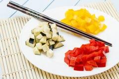 Φρέσκια σαλάτα από τα λαχανικά στο χαλί μπαμπού Κινεζική και ιαπωνική έννοια τροφίμων Κινηματογράφηση σε πρώτο πλάνο πλάγιας όψης Στοκ Φωτογραφία