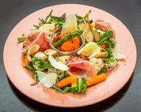 Φρέσκια σαλάτα από τα λαχανικά, το τυρί και το ζαμπόν Στοκ φωτογραφία με δικαίωμα ελεύθερης χρήσης