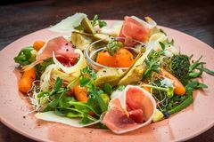 Φρέσκια σαλάτα από τα λαχανικά, το τυρί και το ζαμπόν Στοκ Εικόνες