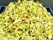 Φρέσκια σαλάτα από τα φύλλα μαρουλιού των διαφορετικών ειδών σαλάτας rucola καρότων λάχανων ποικιλιών Στοκ φωτογραφίες με δικαίωμα ελεύθερης χρήσης