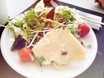 Φρέσκια σαλάτα από τα φύλλα μαρουλιού των διαφορετικών ειδών σαλάτας rucola καρότων λάχανων ποικιλιών Στοκ Φωτογραφίες