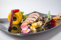Φρέσκια σαλάτα από την πάπια fille με τα φρούτα, τις ζελατίνες, πράσινος και την κανέλα στοκ εικόνα με δικαίωμα ελεύθερης χρήσης