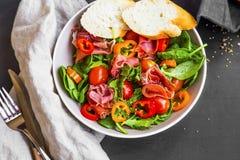 Φρέσκια σαλάτα ζαμπόν prosciutto με τις ντομάτες, μαρούλι, σπανάκι και Στοκ Φωτογραφίες