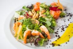 Φρέσκια σαλάτα θαλασσινών με τις γαρίδες, τα μύδια, το σολομό, πράσινος και το αγγούρι στοκ εικόνες