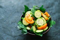 Φρέσκια σαλάτα με τα λαχανικά σε ένα μαύρο υπόβαθρο μεταλλινών Η έννοια μιας υγιεινής διατροφής Στοκ Εικόνες