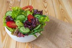 Φρέσκια σαλάτα με τα μικτά πράσινα, την ντομάτα κερασιών και το αγγούρι Στοκ Εικόνα