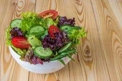 Φρέσκια σαλάτα με τα μικτά πράσινα, την ντομάτα κερασιών και το αγγούρι Στοκ φωτογραφία με δικαίωμα ελεύθερης χρήσης