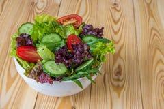 Φρέσκια σαλάτα με τα μικτά πράσινα, την ντομάτα κερασιών και το αγγούρι Στοκ εικόνες με δικαίωμα ελεύθερης χρήσης