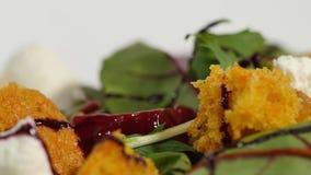 Φρέσκια σαλάτα με τα φρούτα και πράσινα στην άσπρη ξύλινη τοπ άποψη υποβάθρου με το διάστημα για το κείμενο τρόφιμα υγιή Σαλάτα μ Στοκ Εικόνα