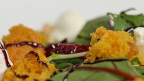 Φρέσκια σαλάτα με τα φρούτα και πράσινα στην άσπρη ξύλινη τοπ άποψη υποβάθρου με το διάστημα για το κείμενο τρόφιμα υγιή Σαλάτα μ Στοκ Φωτογραφία